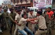 प्रदर्शन कर रहे कांग्रेसियों को पुलिस ने किया गिरफ्तार