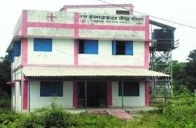 25 लाख रुपए खर्च कर गांव में बनाया हेल्थ सेंटर,जाने के लिए रास्ता तक नहीं