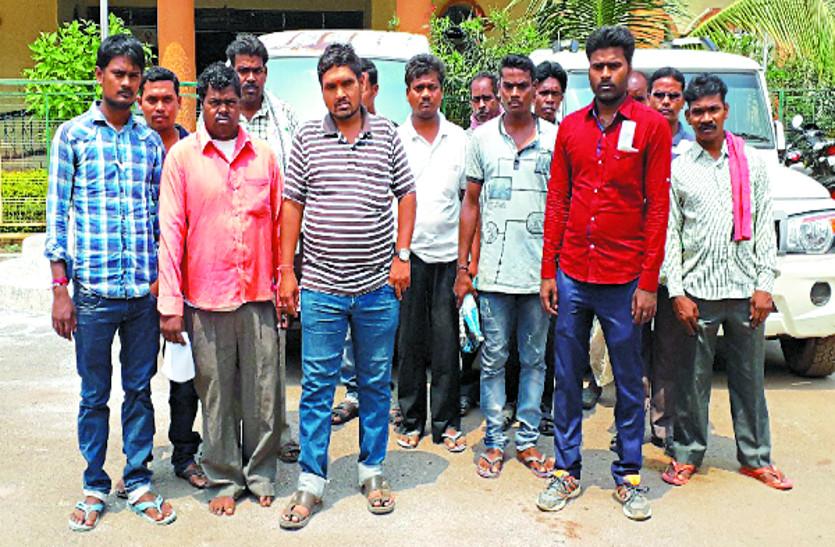 मनरेगा मजदूरी भुगतान में हुई गड़बड़ी, लोगों ने रोजगार सहायक के खिलाफ कार्रवाई की मांग को लेकर कलक्टर में की शिकायत