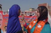 तीन तलाक पर अध्यादेश लाने पर मुस्लिम महिलाओं ने बांटी मिठाई, पीएम मोदी व सीएम योगी को दिया धन्यवाद