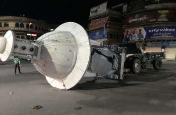मोपेड को टक्कर मार चालक चलते ट्रैक्टर से कूदा, ट्रैक्टर ने घुमटी उखाड़ी
