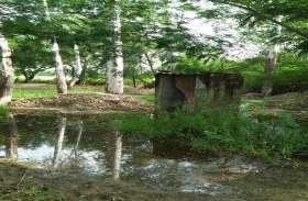 शौचालय निर्माण में अनियमितता की ग्रामीणों ने की शिकायत