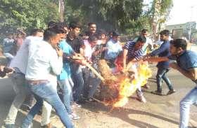 कांग्रेसियों को देख पुलिस ने कीं पानी की बौछारें, फिर भी नहीं रोक पाए CM और मंत्रियों का पुतला दहन