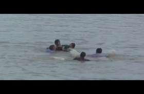 Viral Video: गणेश विसर्जन को आई लड़की अचानक डूबने लगी,फिर जान पर खेल कर ऐसे बचाया गया
