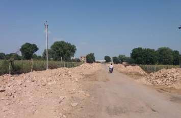 मुआवजा बांट जमीन अधिग्रहण कर ली, फिर भी नहीं बन पा रही सडक़