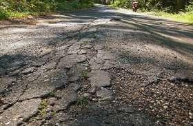 सरकार को नहीं दिखते गड्ढे, खस्ताहाल सड़कें बनीं 'बेदर्द'...हकीकत को आईना दिखाता वीडियो