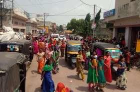 फ्री में साड़ी मिलने की खबर सुनते ही सड़कों पर उतरी महिलाएं