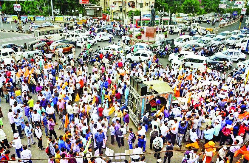 पंचायत सचिवों ने निकाली रैली, फिर मंत्रियों के बंगले के बाहर दिया धरना