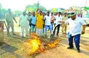 बिलासपुर लाठी चार्ज: राज्य सरकार ने कांग्रेसियों पर लाठी बरसाई तो जगह-जगह पुतला जलाकर निकाली भड़ास