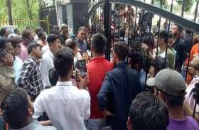 Video: डेंगू पर सियासत शुरू, निगम गेट के सामने कार्रवाई की मांग लेकर डटे हिंदू युवा जागरण मंच के कार्यकर्ता