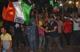 भारत की पाकिस्तान पर जीत के बाद मेरठ में जमकर मना जश्न, देखें तस्वीरें