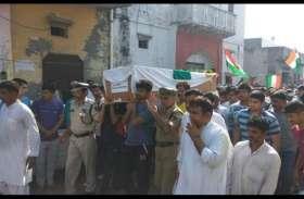 शहीद BSF जवान नरेंद्र सिंह को दी गई अंतिम विदाई, बेटे ने कहा पाकिस्तान से लिया जाए बर्बरता का बदला