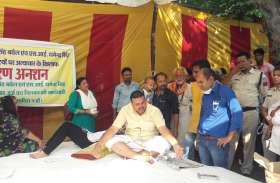 आमरण अनशन के दूसरे दिन परिवार के सदस्यों की हालत बिगड़ी