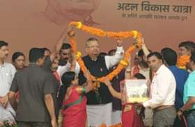 शिक्षकों ने CM को माला पहनाकर भेंट की कामधेनु गाय की प्रतिमा, कहा- आपकी हर मनोकामना पूरी हों