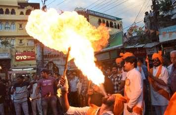 उदयपुर में ढोल-नगाड़ों की धुन के साथ निकली रामरेवाड़ी, हुआ अखाड़ा प्रदर्शन, देखें तस्वीरें...
