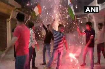 PICS: भारत की जीत पर जमकर हुई आतिशबाजी, पाकिस्तान में तोड़े गए टीवी
