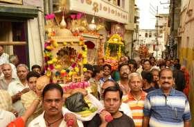 जलझूलनी एकादशी: मंदिरों में श्रद्धालुओं का सैलाब, शाम को निकलेगी ठाकुरजी की डोलयात्राएं