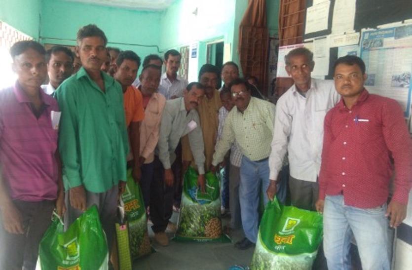 किसानों को फ्री में मिलने वाले बीज के लिए अधिकारी मांग रहे पैसे