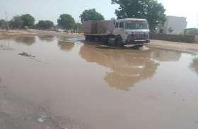 टोल रोड पर जल भराव से हादसे का अंदेशा, पानी निकासी के प्रबंध तक नहीं