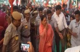 'गो-बैक' के नारे लगता देख गुस्साईं CM राजे, तो रथ से उतरने से पहले सांप निकलने से मचा हड़कंप
