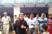 स्वच्छता ही सेवा के तहत डीएम ने किया ग्रामीणों को जागरूक, शौचालय का प्रयोग करने के लिए किया प्रेरित, देखें वीडियो
