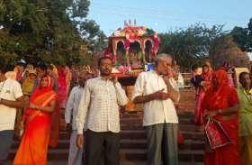 चारभुजा मंदिर से सालमसागर तालाब तक निकाली शोभायात्रा, भगवान को करवाई स्नान
