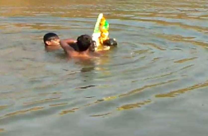 Breaking : गणेश प्रतिमा विसर्जन करने गए चार किशोर खदान में डूबे,देखें वीडियो
