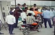 यूपी में बीजेपी नेता की गुंडई, पेट्रोल पंप पर सेल्समैन को पीटा, रूपये भी छिने, देखें वीडियो