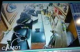 ज्वैलर की दुकान पर पहुंची तीन बुर्काधारी माहिलाएं, उनका गंदा काम देखकर दुकानदार के उड़ गए होश- देखें वीडियो