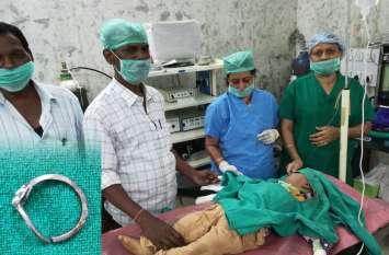 सूनी थी मां की अंगुली और दर्द से छटपटा रहा था मासूम बेटा, देखा तो डॉक्टर भी रह गए हैरान