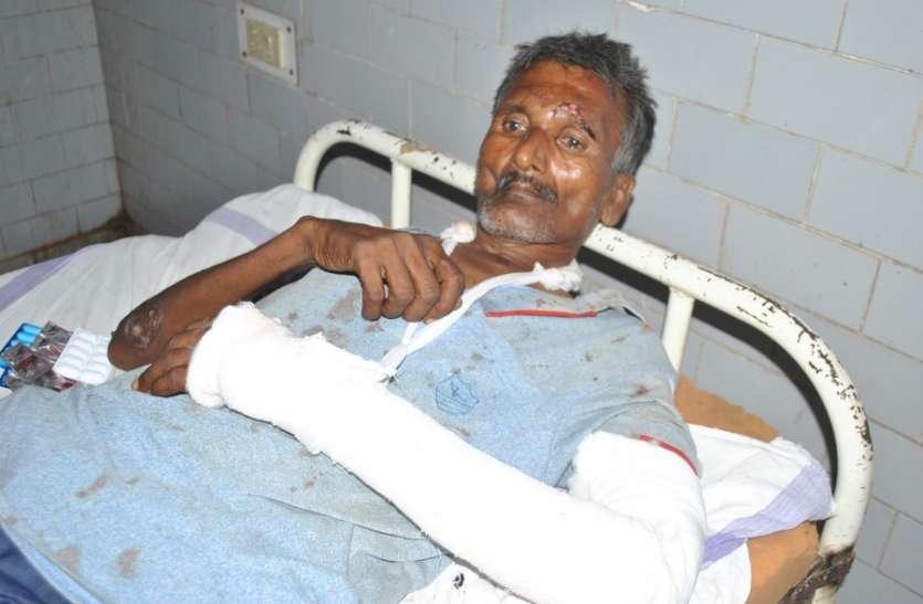 पुलिस की मौजूदगी में एफआरबी वाहन से पीडि़तों को खींचकर पीटा, गाड़ी भी तोड़ी, जानिए वारदात की वजह