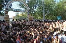 शिक्षकों के स्थानांतरण से गुस्साए विद्यार्थियों ने विद्यालय पर जड़े ताले ,किया विरोध प्रदर्शन