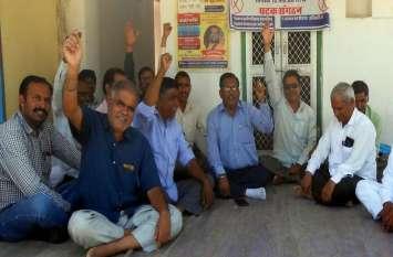 कर्मचारी बोले, दो अक्टूबर को देंगे सामूहिक त्याग पत्रपंचायती राज सेवा परिषद के कर्मचारियों ने किया धरना-प्रदर्शन