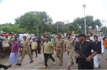 मुहर्रम सकुशल सम्पन्न कराने के लिए डीएम व एसएसपी ने मुस्लिम क्षेत्रों में किया पैदल मार्च