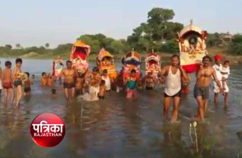 video: आंवा में भगवान का रामसागर में विहार कराया, मंदिरों में सजाई झांकियां, रात्रि जागरण भी हुए