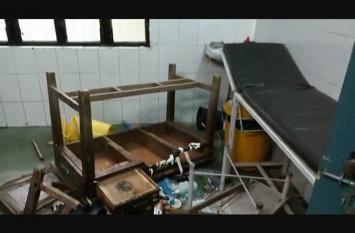 अस्पताल परिसर में युवक ने की तोड़फोड़,घण्टों मचा परिसर में हंगामा
