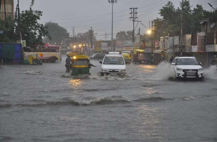 VIDEO : इंदौर में 12 घंटे तक भारी बारिश, घरों में घुसा पानी, नाले में गिरी पोकलेन