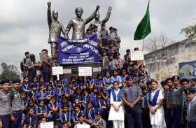 स्काउट छात्र-छात्राओं नेे शहर में निकाली रैली , केरल बाढ़ पीडि़तों के लिये जुटाई राहत राशि