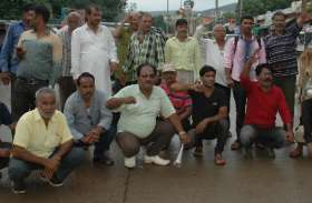 सड़कों पर आकर सरकार के खिलाफ रोडवेज कर्मचारियों ने जताया रोष