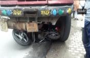 ट्रक ने दो बाइक सवारों को कुचला, वीडियो देखकर सहम जाएंगे आप