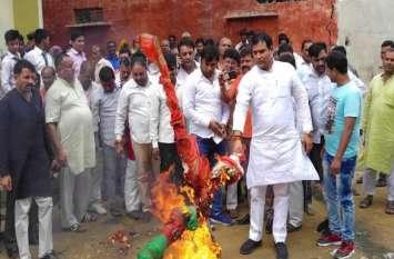 इस भाजपा विधायक ने 'मुख्यमंत्री' का फूंका पुतला आैर कहा- देश को बांटने की साजिश
