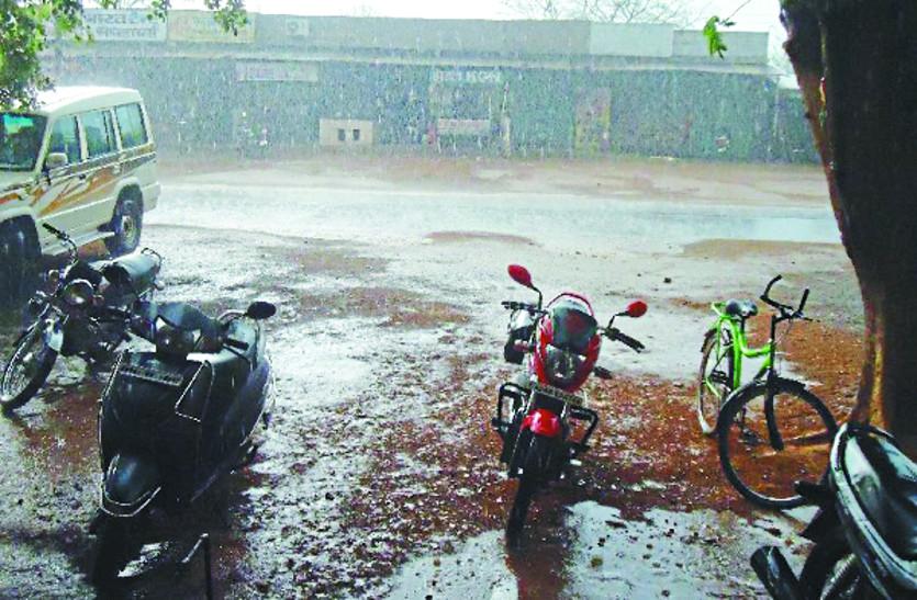 जमकर बरसे बादल, किसानों के चेहरे पर लौट आई खुशी