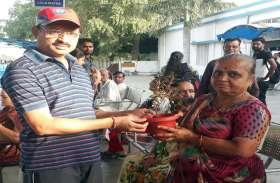यात्रियों को पौधे देकर मनाया सेवा दिवस