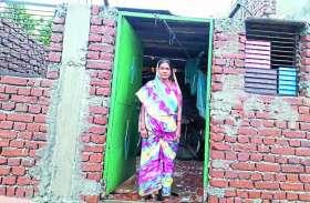 पक्के मकान की आस में कच्चा घर तोड़ा, अब किराए पर रहने को मजबूर हितग्राही
