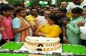 पिछले जन्मदिन पर आरती उतरवाने वाले भाजपा सांसद ने पत्नी संग मिलकर संसद की आकृति का बर्थडे केक काटा, फोटो वायरल