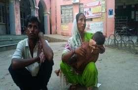 गोद में थी बेटे की लाश, आंखों में आंसूओं का सैलाब.. अस्पताल के बाहर मांग रहे थे भीख