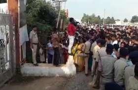 Video- वीआईपी गेट के पास से बरामद किए गए काले झण्डे, जब नहीं एण्ट्री तो मोदी समर्थकों ने भी दिखाए तेवर