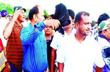Video- पीएम को काला झंडा दिखाने कांग्रेसियों ने बनाई थी टीम, चार को पुलिस ने पकड़ा, पांचवें ने दिखाया काला झंडा