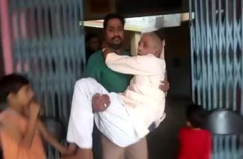 शर्मनाकः बुलंदशहर के अस्पताल में नहीं मिला स्ट्रेचर, गोद में उठाकर बीमार पिता को ले गया बेटा