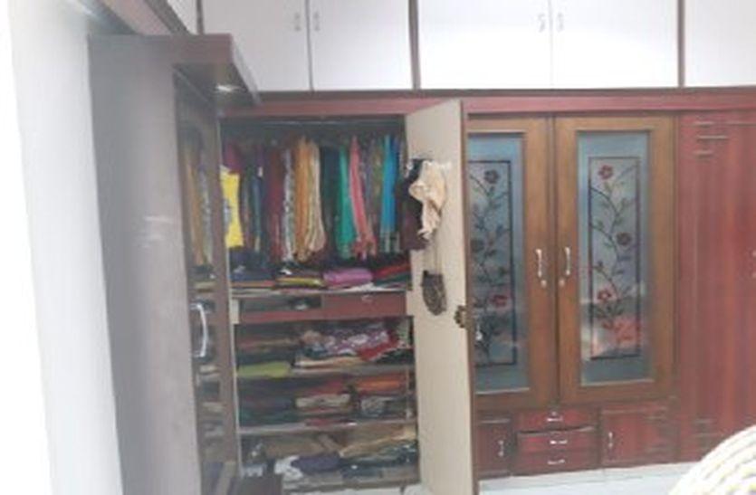 डॉ के घर में खिडक़ी की जाली उखाड़ कर घुसा चोर, केस व जेवरात सहित ८ लाख उड़ाए